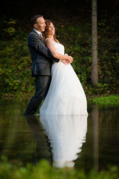 Trash the Dress Shooting alleine im Wasser