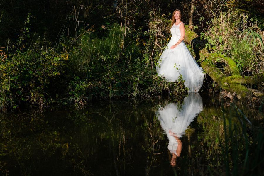 Trash the Dress Shooting am Ufer des Teichs
