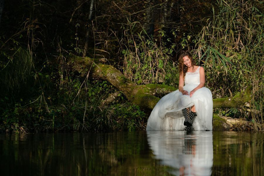 Trash the Dress Shooting Braut mit Stiefel