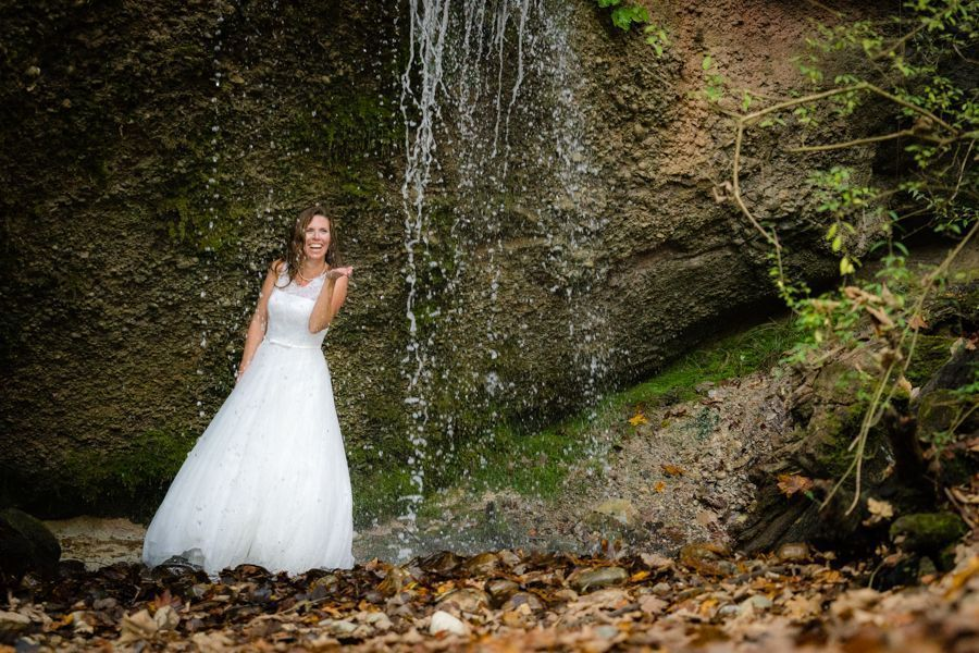 Trash the Dress Shooting hinter Wasserfall