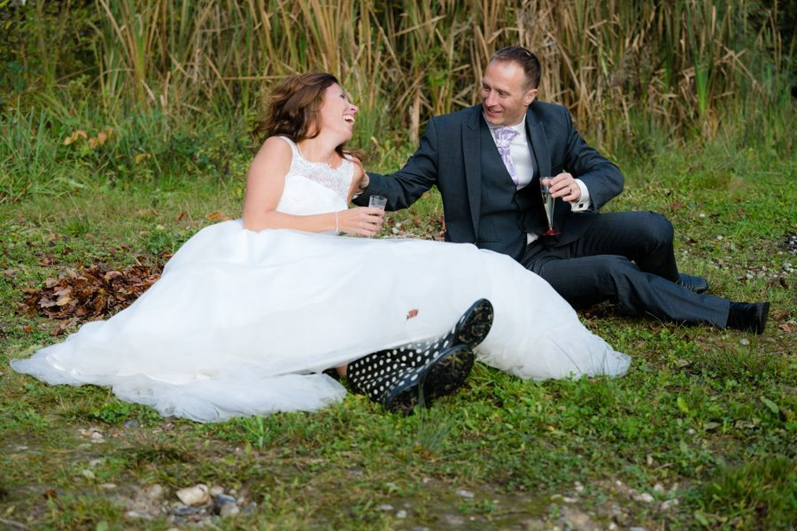 Trash the Dress Shooting liegend am Trinken