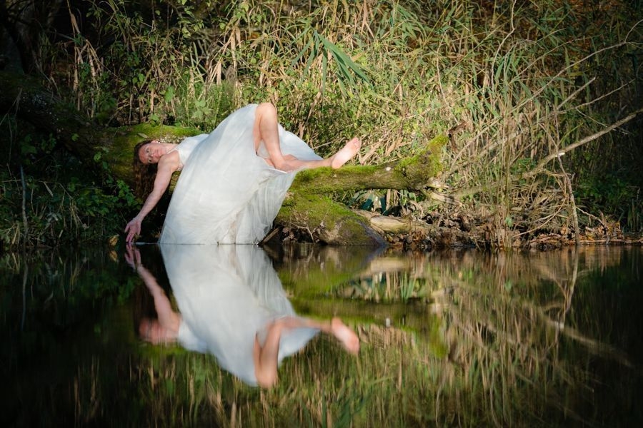 Trash the Dress Shooting liegend am Ufer