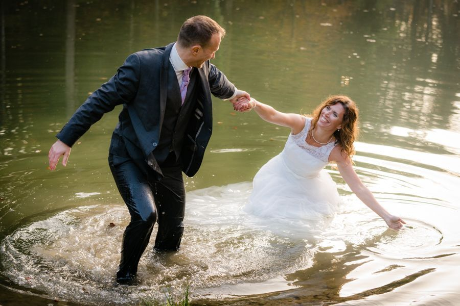 Trash the Dress Shooting raus aus dem Wasser
