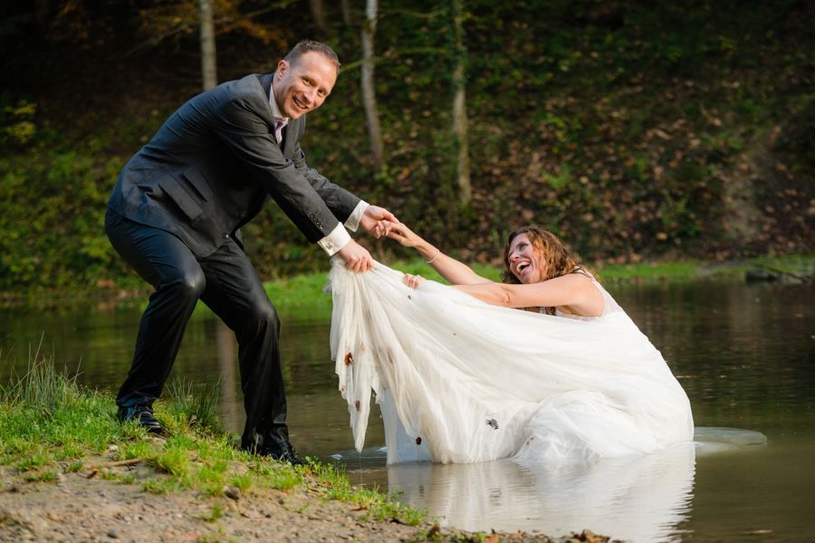 Trash the Dress Shooting schmutzige Kleidung