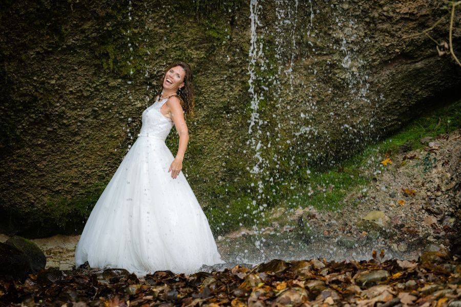 Trash the Dress Shooting unter Wasserfall